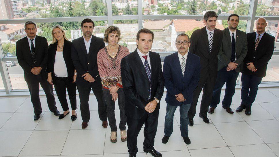 José Gerez, al frente de los fiscales. A la izquierda: Sandra Ruixo, Diego Azcarate, Paula González y Marcelo Silva. A la derecha: Marcelo Jara, Maximiliano Breide Obeid, Andrés Azar y Rómulo Patti.