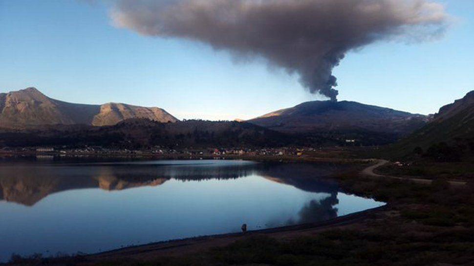 El volcán expulsa ceniza pero se mantiene tranquilo.