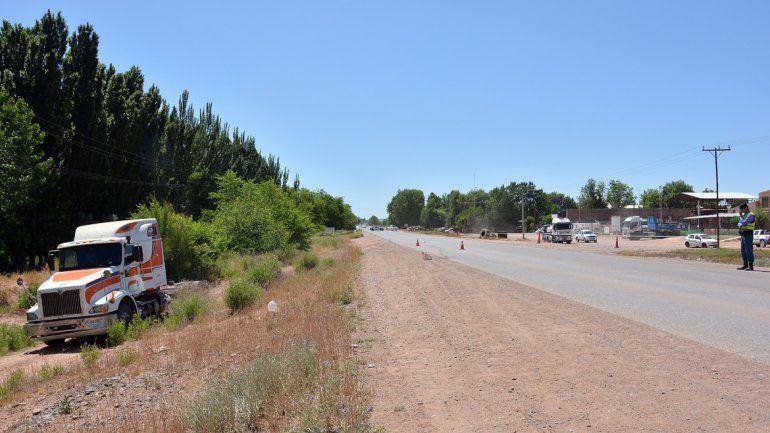 El camión quedó parado en la banquina de la Ruta 6.