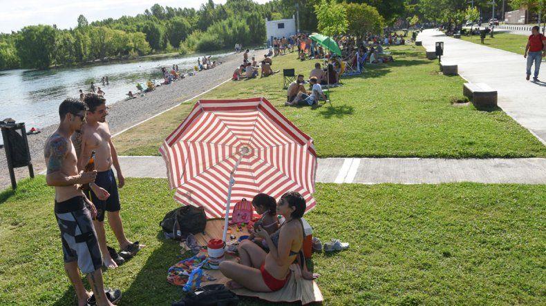 Miles de neuquinos eligieron el Río Grande para refrescarse.