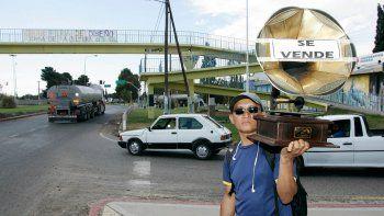 En Centenario, vendedores ambulantes ofrecen desde frutas hasta vitrolas.