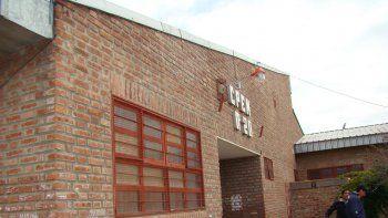 El CPEM 20, donde la bala rompió una ventana y pegó en el marco de un aula.