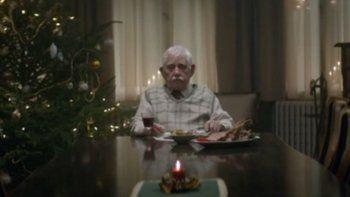 Se hace el muerto para que lo visiten en Navidad
