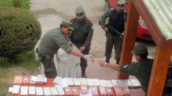 Gendarmería secuestró 236 paquetes. Por la tarde allanó una casa sobre calle Pil Pil (arriba), en San Martín.