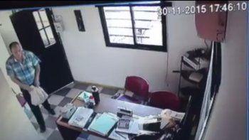 El ladrón entró a la oficina y fue directamente adonde estaba el dinero.