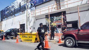 La Policía de Seguridad Aeroportuaria (PSA) delimita el acceso al boliche sobre calle Primeros Pobladores.