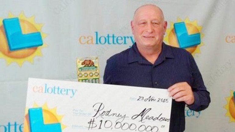 Rodney Meadows posa con una réplica del cheque ganador.
