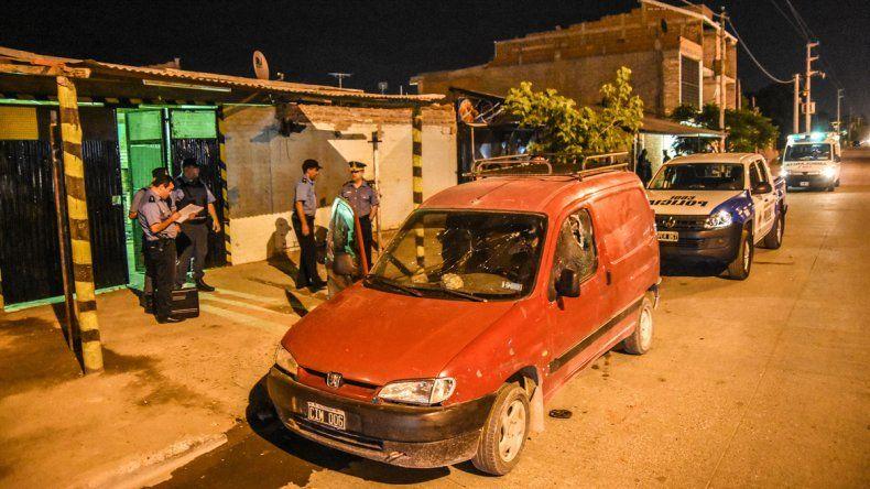 Los Chavos intentaron prender fuego una gomería: dos personas detenidas y una herida