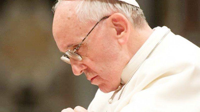 El papa Francisco cada día desacartona un poco su función como líder.