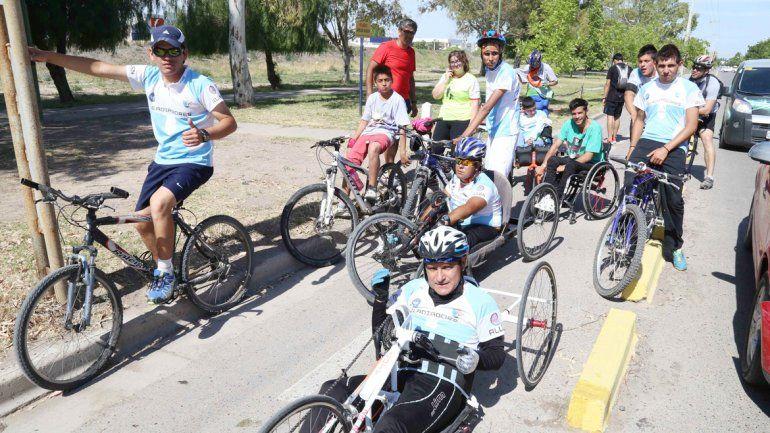 La extensa columna de ciclistas pasó por la ciudad durante la mañana.