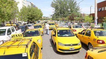 Decenas de vehículos irrumpieron en las calles del centro. En el Deliberante, los taxistas presionaron para conseguir que den marcha atrás con una norma.