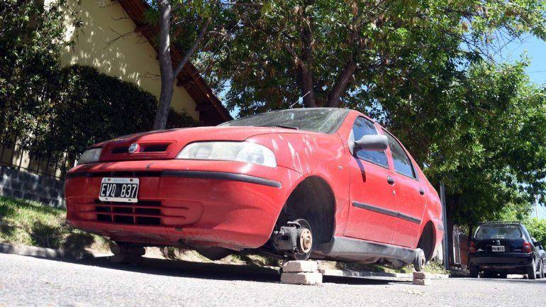 El auto está estacionado en calle Víctor García al 900 del barrio Santa Genoveva.