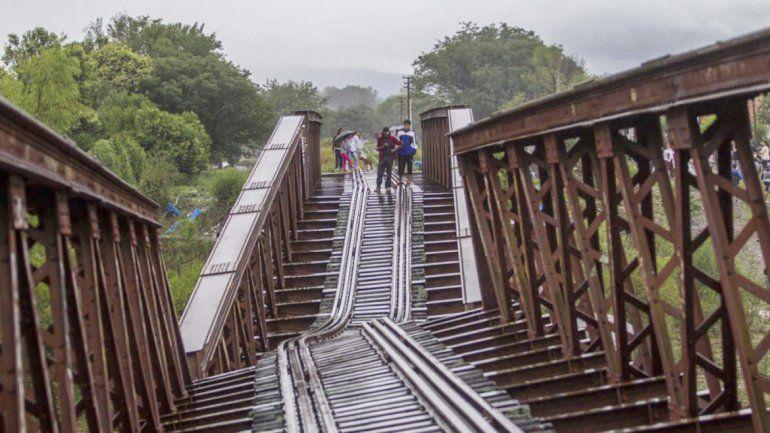 El paso ferroviario fue víctima de las lluvias y del movimiento de tierras.