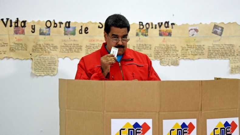 Maduro votó y amenazó con salir a las calles de la mano del pueblo. También llamó al diálogo a la oposición.