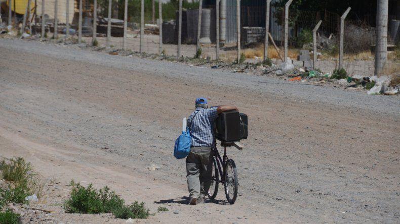 Un ciclista se lleva un televisor en buen estado.