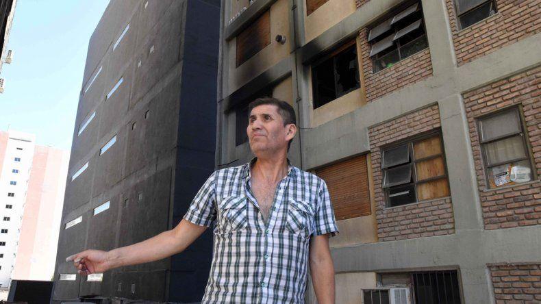 Francisco trabaja en el edificio hace 18 años. Fue el primero que habló con la joven que originó el incendio.