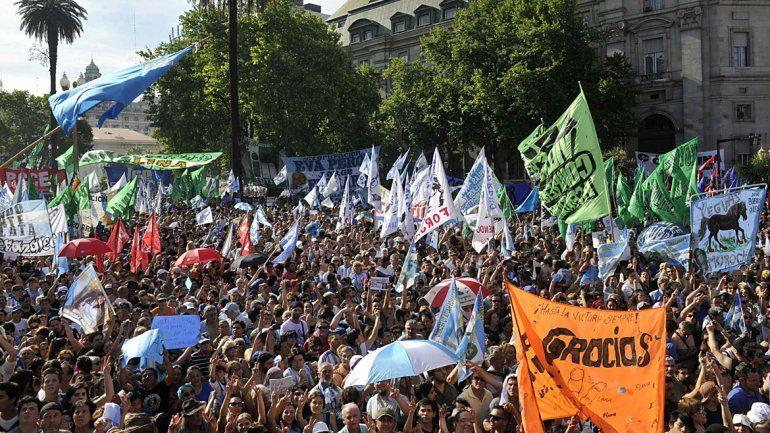 Miles de militantes copan la Plaza de Mayo.