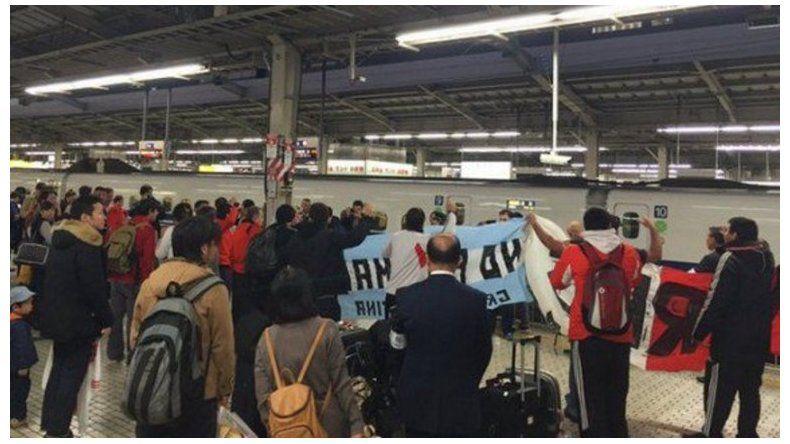En tren bala, River arribó a Osaka y desató la euforia de hinchas