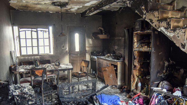 El incendio que arrasó con la vivienda de la calle Pilar al 3900 se produjo por un escape de gas.