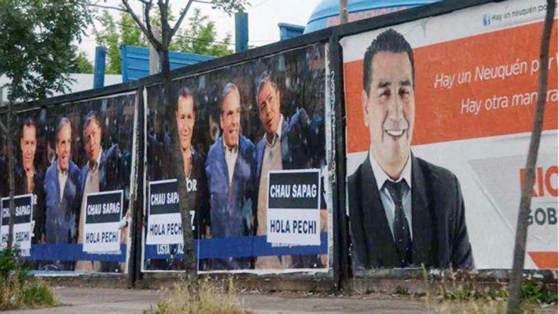 Neuquén está empapelada con carteles políticos por todas las campañas.