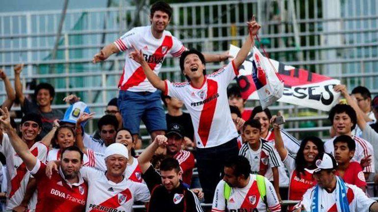 Osaka ya se pinta de rojo y blanco a la espera del primer partido.