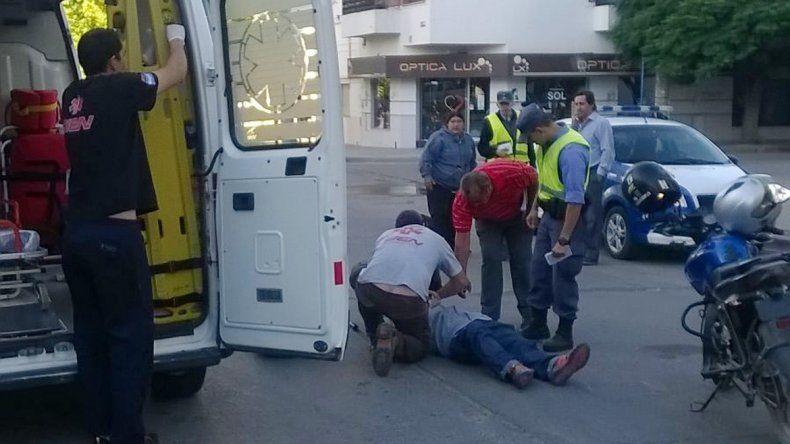 Una mujer herida en un choque en pleno centro