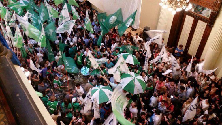 Masiva protesta tras anuncio de despido de 3.000 empleados