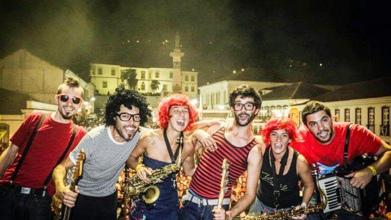 La vida es un escenario. Los músicos se han presentado en gran parte de Argentina y han recorrido otros siete países de Latinoamérica desde el 2005.