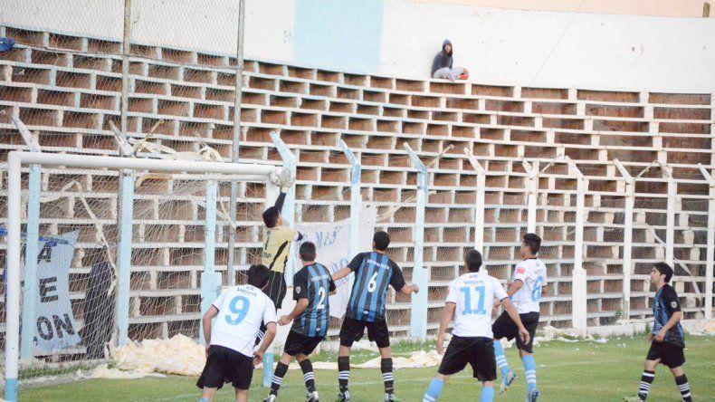 El bicampeón de la Copa Neuquén venció por penales a Centenario.