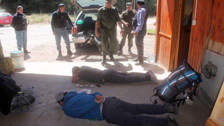 Dos de los burreros detenidos con el dinero y las mochilas en las que iban a volver con la droga a Chile.