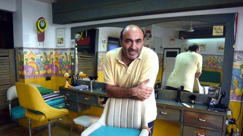 Dos décadas como neuquino. Gustavo Lofeudo llegó desde La Plata en 1993. Estudió el movimiento de la ciudad y decidió instalar su peluquería en calle Belgrano casi Brown. La bautizó Nahuelito.