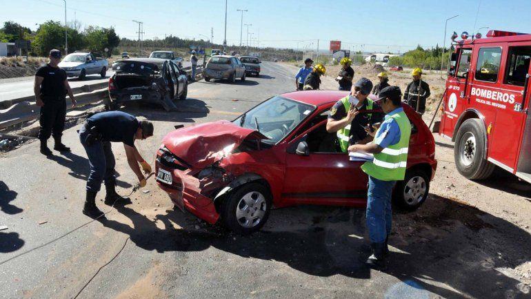 Los vehículos dañados eran retirados de la ruta por la Policía y Bomberos.