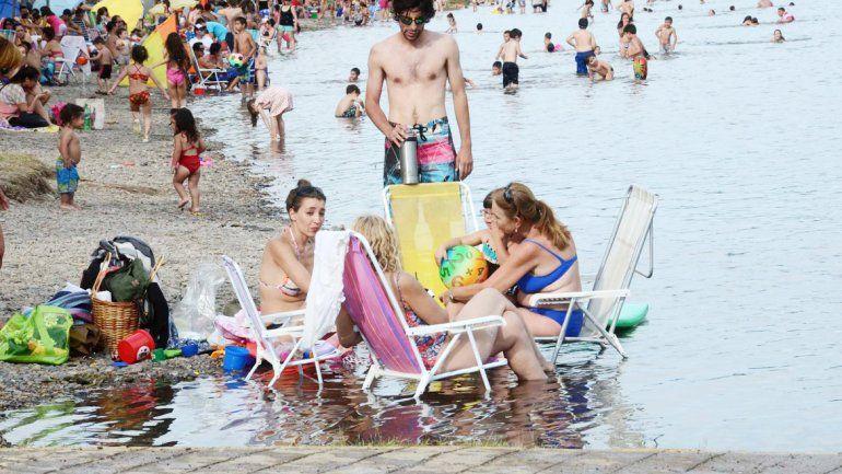 Reposeras y mate en el río. Un clásico del verano neuquino.