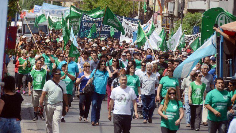 Los estatales se movilizaron ayer por el centro de Neuquén.
