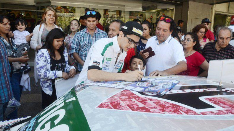 Camilo festejó en vísperas de Navidad con sus seguidores. Firmó autógrafos y les contó sus ilusiones para el 2016 en el Turismo Carretera.