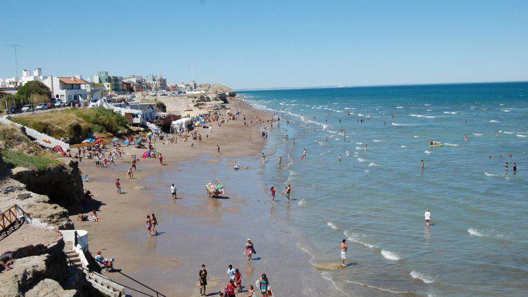 Un paisaje único tiene este sector del balneario. Centenares de personas llegan al lugar caminando en busca de sol