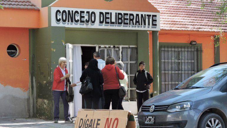 Muchos vecinos firmaron el pedido de derogación de la ordenanza.