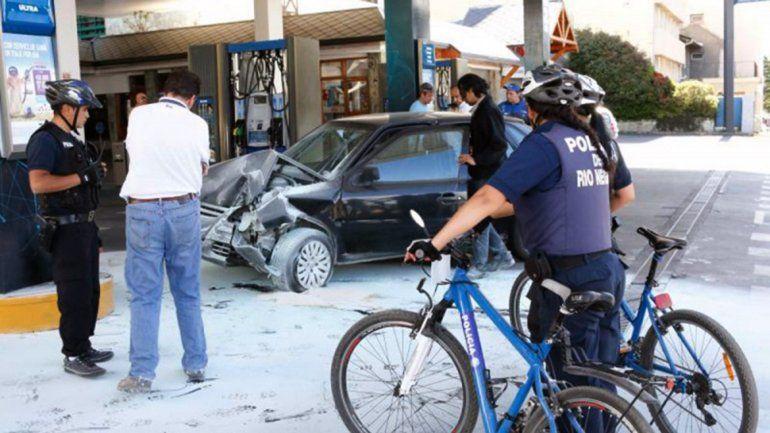 Chocó contra una estación de servicio y casi provoca una tragedia