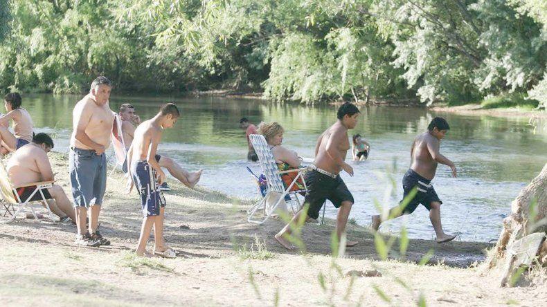 El balneario municipal de Centenario es uno de los pocos lugares gratuitos.