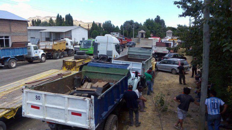Más de 20 camiones bloquean el acceso a Vialidad Nacional en Junín de los Andes.