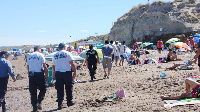 Policías y agentes municipales controlarán a los vendedores en la playa.