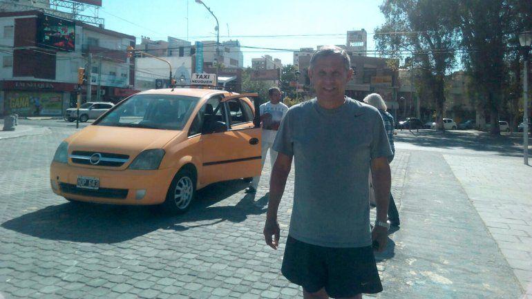 El intendente Quiroga charló con un taxista que protestaba por la instalación del GPS.