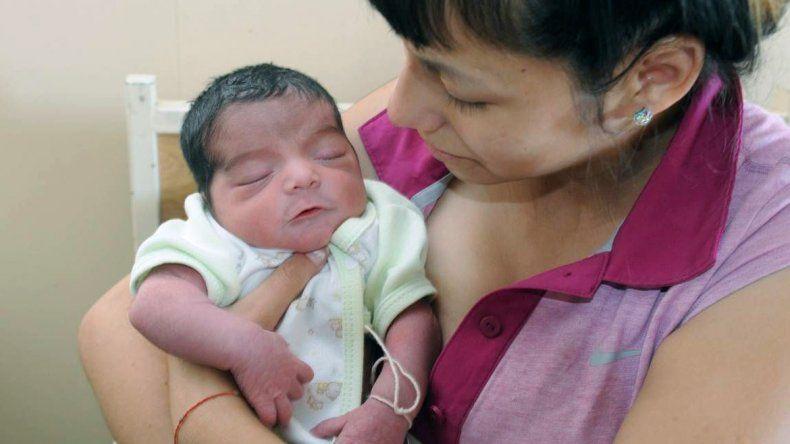 Claudia Martinez junto a su bebé en el hospitalLagomaggiore.