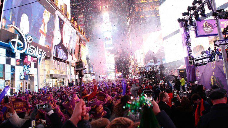 Un millón de personas dieron la bienvenida al 2016 en Times Square.