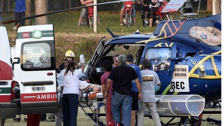 Uno de los heridos es trasladado. La carrera se suspendió ayer.