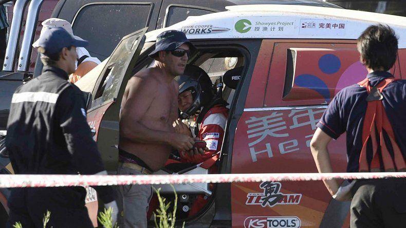 Otra escena del lamentable accidente. El Dakar arrancó pésimo.