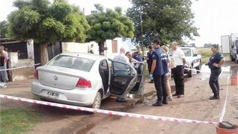 Efectivos policiales frente a la casa de la mujer que mató a su marido.