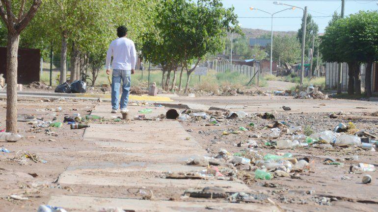 Algunos vecinos sacaron agua durante la madrugada. Otros sufrieron el colapso de la red cloacal en sus baños. Las calles