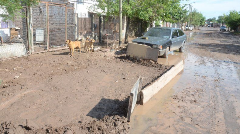 La lluvia del martes llenó de lodo las calles del barrio.