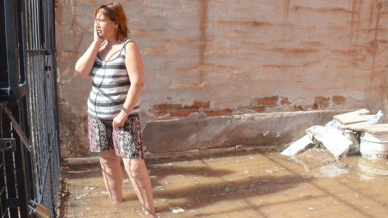 La acumulación de agua sorprendió a los vecinos del San Lorenzo.